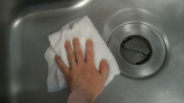 ステングロスの泡を雑巾で拭き取りする写真