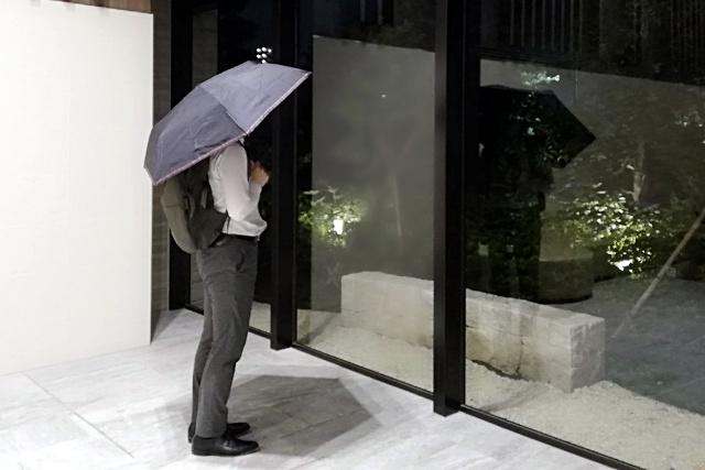 mabuヒートカット晴雨兼用傘を実際にさしてみたときのサイズ感。スーツのサラリーマンが使用