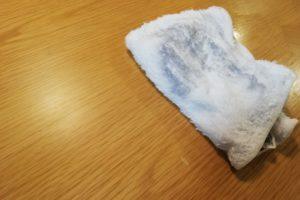 汚れを浮かせた歯磨き粉を濡れたタオルで拭き取る