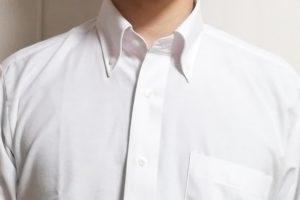 グレーの肌着の上にワイシャツを着た写真