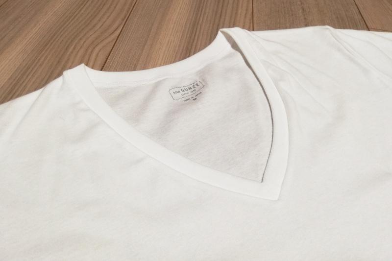 グンゼthe GUNZE Vネックシャツはタグもプリントなので、チクチク感が少ない