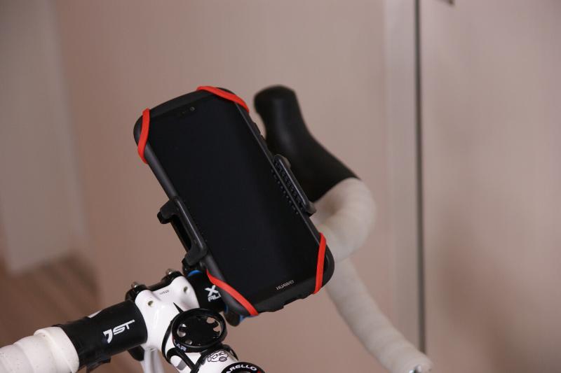 JTTスマホホルダーをロードバイクのハンドルに取り付けた画像