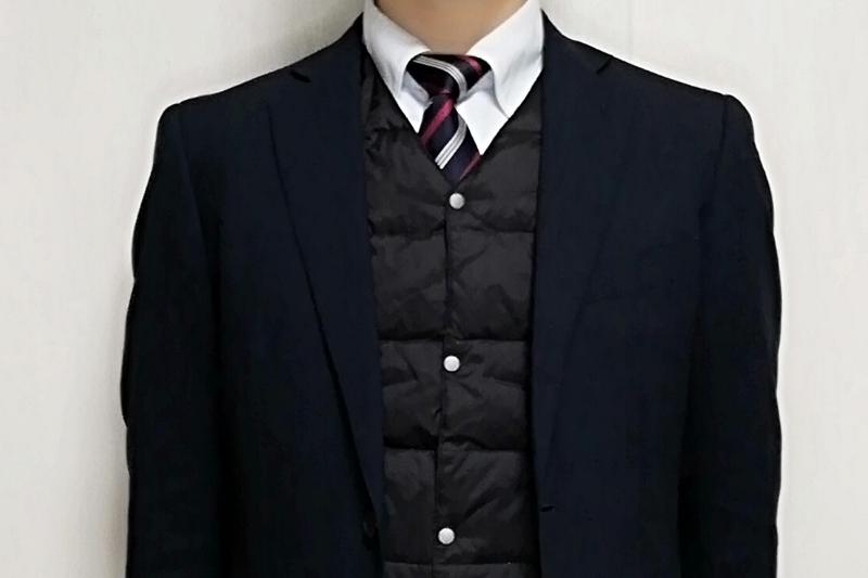 TAIONのインナーダウンベスト(黒)をスーツの下に着た