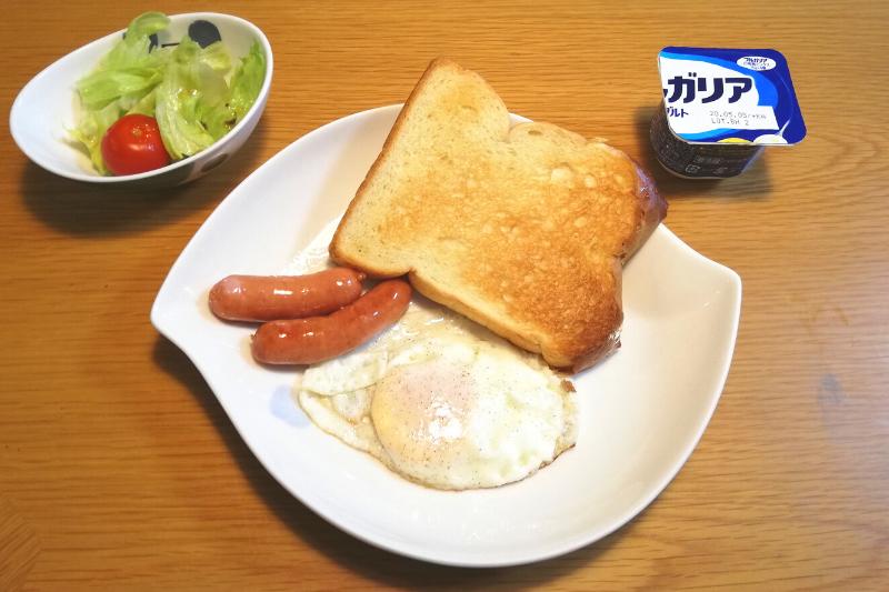 アラフォーサラリーマンの朝食 食パンと目玉焼きとソーセージとヨーグルト、サラダ
