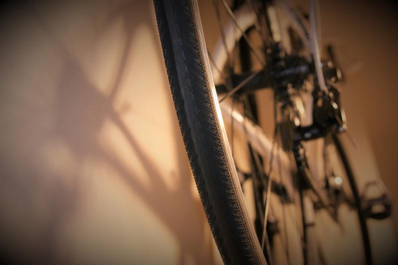 固定ローラーで削れた後輪のタイヤ